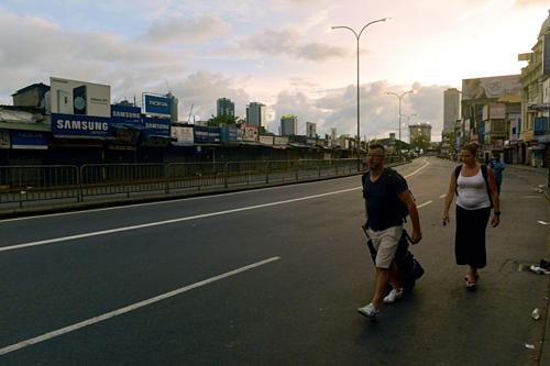 Du khách rời khỏi khách sạn ở Sri Lanka. Ảnh:AFP.