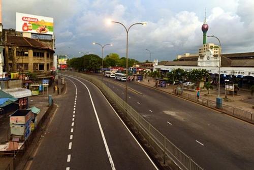 Đường phố Sri Lanka vắng vẻ vào ngày 21/4, sau khi chính phủ đảo quốc này ban bố lệnh giới nghiêm. Ảnh:AFP.