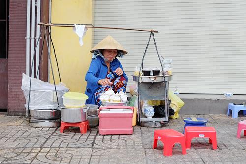 Gánh hàng nhỏ ở đường Trần Hưng Đạo đã tồn tại được 30 năm.