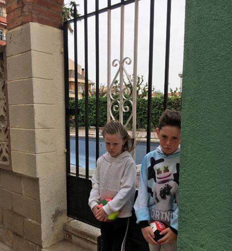 Hai đứa trẻ nhà Stephanie đã rất thất vọng vì bể bơi không được sử dụng. Ảnh: Sun.