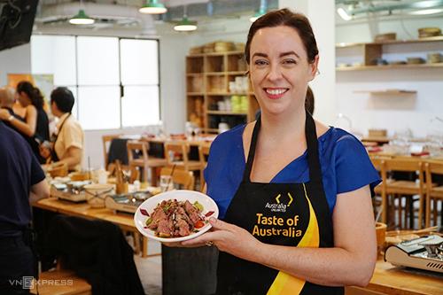Bà Julianne Cowley tại lớp học nấu ăn của bếp trưởng người Australia gốc Việt - Thanh Hoà, đứng lớp. Sự kiện diễn ra tại TP HCM sáng 23/4 mở đầu cho chuỗi các hoạt động diễn ra tại thành phố.Ảnh: Di Vỹ.