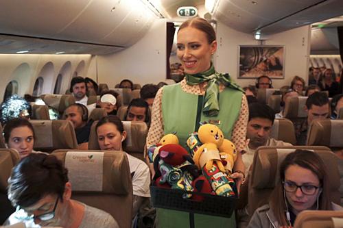 Hành khách nhí sẽ nhận đồ chơi và chăn tái chế từ chai nhựa. Ảnh: Trade Arabia.
