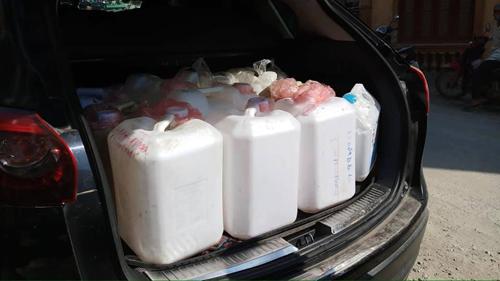Nước được đóng thành can để tiện vận chuyển. Ảnh: Hoang Huong.