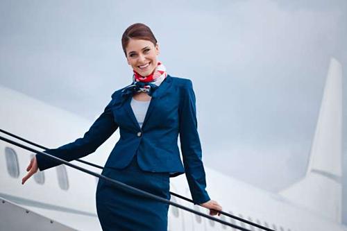 Ngày nay nhiều hành khách chỉ thích các tiếp viên trẻ đẹp phục vụ mình trên chuyến bay, và sẵn sàng bình luận ác ý về các phi hành đoàn lớn tuổi. Ảnh: MSN.
