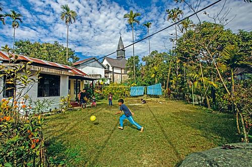 Trẻ em vui chơi trên những bãi cỏ rộng rãi. Ảnh: Taufiqurokhman.