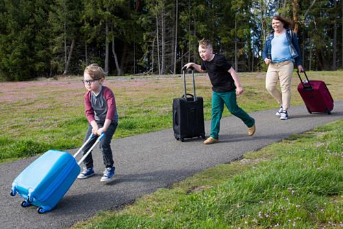 Beth Lehmann (ngoài cùng, phải) kiếm tới 500 USD mỗi ngày khi làm bảo mẫu du lịch, chăm lo mọi thứ từ đóng hành lý đến lên kế hoạch đi chơi cho bọn trẻ. Ảnh: Annabel Clark.