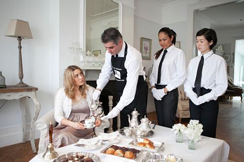 Nhân viên làm ở các nhà hàng, khách sạn cao cấp thường được tham gia khóa học về dịch vụ phục vụ bạc. Ảnh: Be poke bureau.