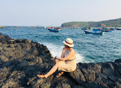 Một bên là gành đá, một bên là biển xanh, xa xa là đồi núi chập chùng...   Một góc chụp hình cực đẹp cho các cô nàng mê sống ảo tại Gành đá đĩa