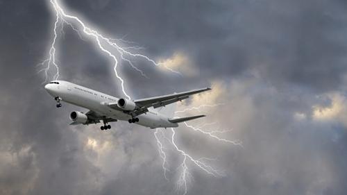Một tia sét thườngđánh vào một điểm cực của máy bay như đầu cánh, mũi và dòng điện chạy dọc lớp vỏ kim loại trước khi thoát ra ngoài qua một điểm khác, ví dụ như phần đuôi. Ảnh:Traveller.