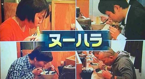 Hình ảnh những thực khách Nhật Bản húp mì lên sóng truyền hình. Ảnh: Tokudane.