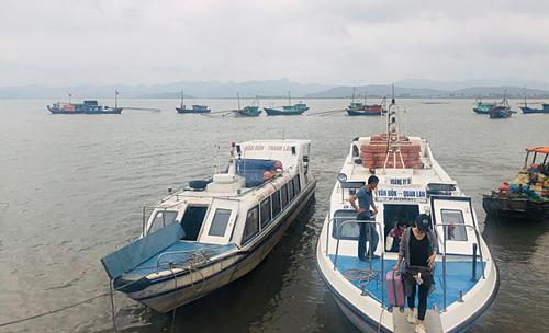 11h30, tàu khởi hành đưa cả gia đình ra đảo và mất 30 phút. Giá vé khứ hồi một người là 320.000 đồng. Ảnh: NVCC.