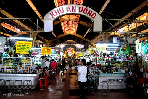 Khu ăn uống bên trong chợ Bến Thành là thiên đường ăn vặt nổi tiếng.