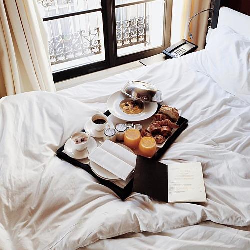 Ga giường trắng có thể tạo ấn tượng rằng du khách đang nghỉ trong một nơi sang trọng - dù giá phòng không hề đắt đỏ. Ảnh: @elieyobeid/Instagram.