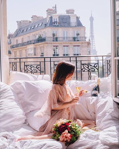 Chiếc giường toàn màu trắng tạo ra hiệu ứng như ánh hào quang - khách hàng có thể nghĩ rằng một căn phòng vừa được nâng cấp, ngay cả khi chỉ có chiếc giường thay đổi, Hoover tiết lộ. Ảnh: Le Metropolitan Paris.