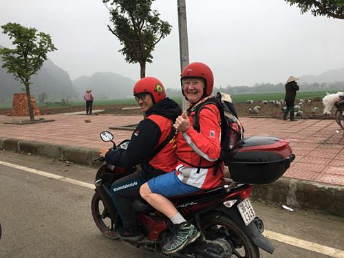 Bà Noreen ngồi xe máytrong chuyến phượt Ninh Bình cùng con gái. Ảnh:Before My Mam Dies.