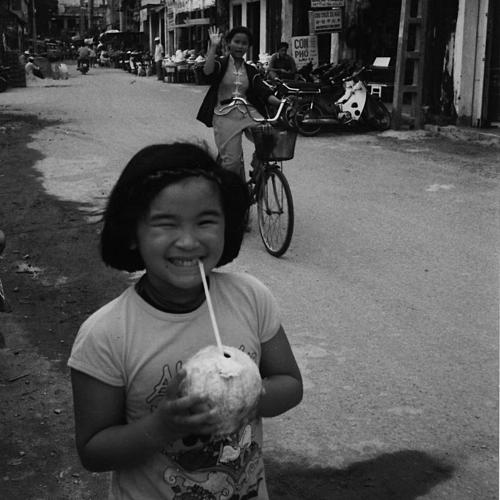 Una-Minh cùng mẹ đến Nha Trang năm 1998. Ảnh: Before My Mam Dies.