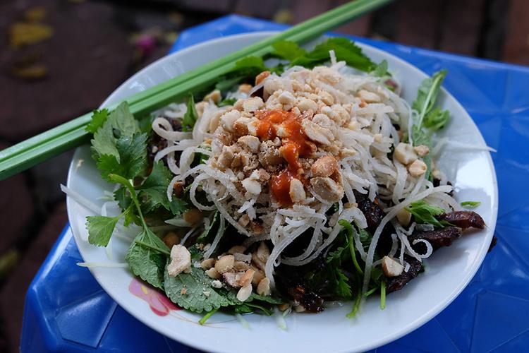 Hà Nội nổi tiếng với địa điểm ăn nộm như ở khu bờ Hồ, nộm Hàm Long hay nộm bán rong khắp các khu phố cổ của ôngLưu Văn Hào.