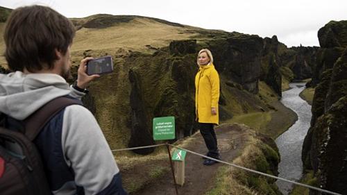 Mikhail chụp ảnh cho Nadia Kazachenok tại hẻm núi, những du khách Nga này vượt qua hàng rào dây thừng với biển cấm xâm phạm. Ảnh:AP.