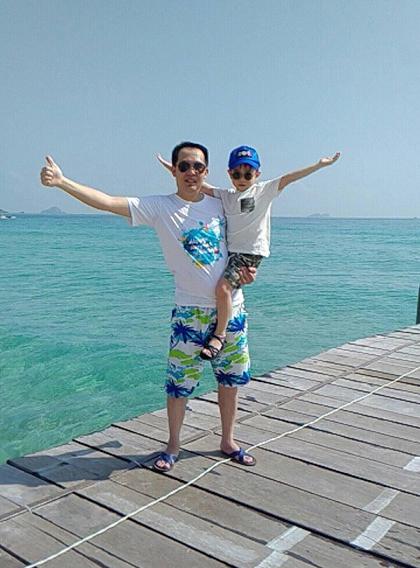 Gia đình chị Hương cho cậu con trai lớn 5 tuổi thỏa sức tắm biển ở Quy Nhơn. Ảnh: NVCC.