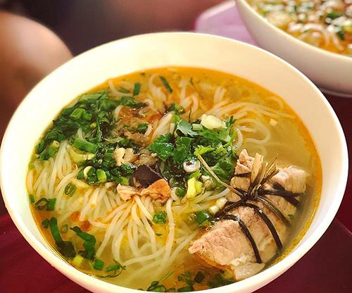 Bún cộtMón ăn tại một quán vỉa hè trên đường Duy Tân không khác so với bún cá trừ nguyên liệu ăn kèm làmiếng thịt heo được cột chặt bằng một sợi dây khiên món ăn trở nên đặc biệt. Nước dùng cũng được nấu từ xương cá và heo tạo độ ngọt. Quán này chỉ mở cửa vào buổi sáng nên bạn có thể cho món ăn vào danh sách bữa sáng. Mỗi tô có giá 22.000 đồng. Ảnh: @aboutcocoin.