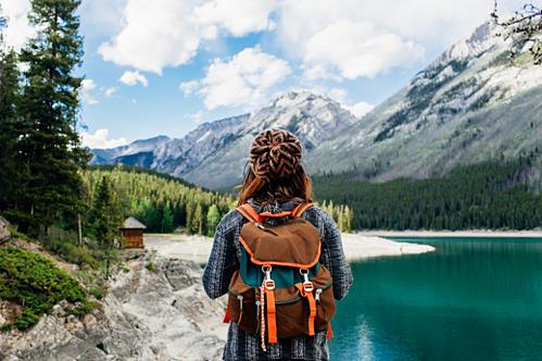Nếu bạn cảm thấy những chuyến đi với bạn bè, người thân quá gò bó, thiếu tự do hoặc muốn trải nghiệm một chuyến đi chỉ có bạn thì du lịch một mình là một lựa chọn tuyệt vời. Trong chuyến đi, bạn có thể tùy ý sắp đặt lịch trình, chọn địa điểm cũng như chọn bất kì thời gian nào mà bạn muốn mà không cần phải chờ đợi một ai đó rảnh rỗi để đi cùng bạn. Ảnh: Pinterest.