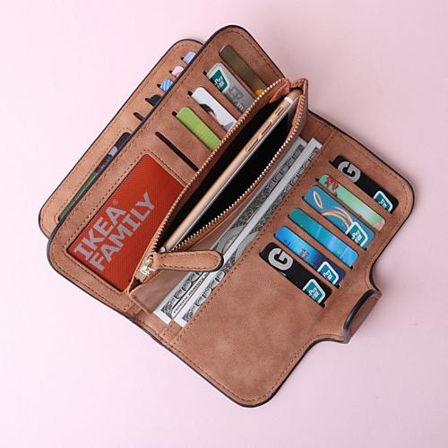 Số tiền bạn mang theo tương đối lớn vì cần nhiều khoản chi trả nên tốt hơn hết là bạn nên mang theo thẻ tín dụng thay vì giữ nhiều tiền mặt trong người, chỉ nên để một số tiền nhỏ cho để dùng. Chọn một chiếc túi gọn nhẹ để sắp xếp hộ chiếu, tiền và điện thoại của bạn và giữ bất cứ thứ gì có giá trị thực trong túi của bạn.Ảnh: Pinterest.