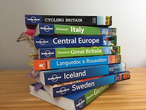 Khi thực hiện chuyến đi một mình, sẽ là một ý tưởng hay khi mang theo một cuốn sách hướng dẫn chất lượng có thể giúp bạn trên đường đi. Với các mẹo và phần ngôn ngữ hoặc chỉ dẫn cần thiết về địa điểm du lịch sẽ giúp bạn ít bối rối hơn. Ảnh: Holidaystoeurope.