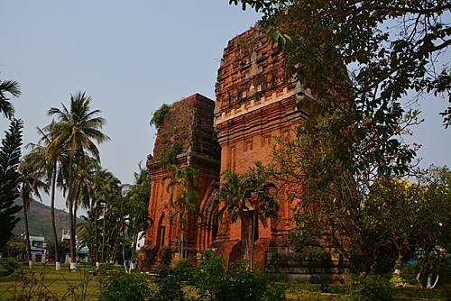 Tháp Đôi là một trong tám cụm tháp Chăm còn lại trên đất Bình Định, đã 800 năm tuổi.