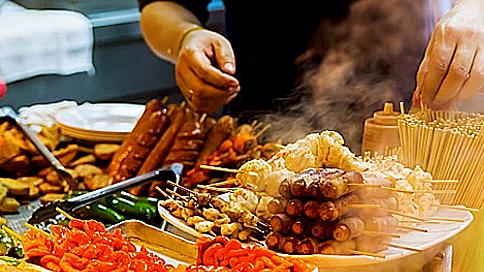 Du lịch một mình thì những nhà hàng sang trọng hầu như ít khi nào xuất hiện trong danh mục lịch trình. Một bữa ăn rẻ, nhanh gọn sẽ là lựa chọn hàng đầu. Bạn vừa có thể dạo phố ngắm phong cảnh, vừa thưởng thức các đặc sản của địa phương. Ảnh: The times.