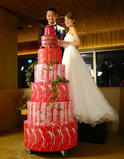 Cô dâu và chú rể phải đứng trên bục cao mới có thể cắt tháp thịt bò khổng lồ. Ảnh: PR Times.