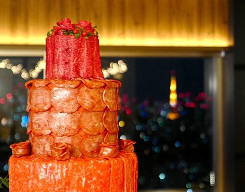 Bánh cưới làm từ nhiều loại thịt bò khác nhau. ẢnhPR Times.