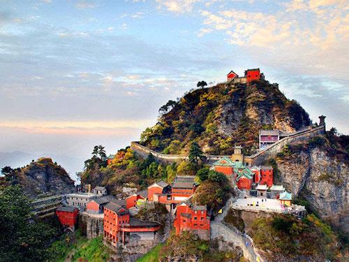 Núi Võ Đang ngày nay đã trở thành một trong những điểm vàng hút khách của ngành công nghiệp du lịch Trung Quốc. Ảnh: Top Travel China.