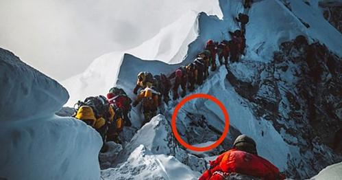 bức ảnh Elia chụp lại trên đường leo Everest đã miêu tả lại chính xác sự khốc liệt mà những nhà leo núi phải trải qua. Phía dưới chân họ là thi thể của một người vô danh.