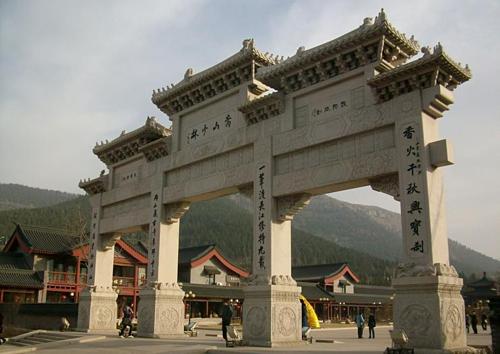 Cánh cổng bằng đá này sẽ giúp du khách nhận ra, họ chuẩn bị chính thức bước vào Thiếu Lâm Tự. Ảnh: Viator.