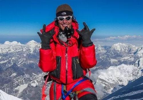 Elia leo núi vào ngày 22/5, và lên tới đỉnh vào sáng ngày hôm sau. Anh đã được ngắm bình minh ở nơi cao nhất thế giới. Ảnh: Metro.