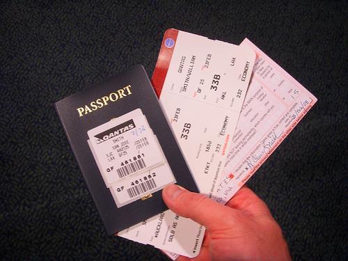 Tìm một vị trí dễ lấy hộ chiếu và vé để bạn không phải lục tung hành lý của mình lên. Ảnh: jumpdates.