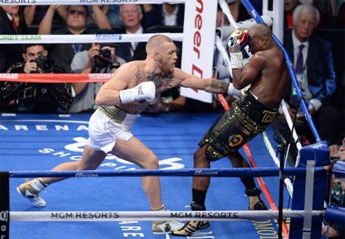 Hai võ sĩ MMA nổi tiếng thế giới Floyd Mayweather (phải) và Conor McGregor trong một trận siêu tranh tài diễn ra tại Las Vegas.