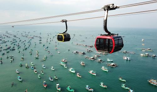 Cáp treo Hòn Thơm dài nhất thế giới dẫn đến tổ hợp giải trí Sun World Hon Thom Nature Park.