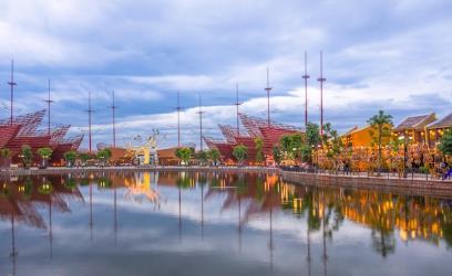 Bến cảng giao thoa, gây ấn tượng với các vị khách tại Vinpearl Land Nam Hội An. Dọc hai bên bờ sông là chuỗi kiến trúc Âu - Á kết hợp, một bên là dãy kiến trúc cổ Việt Nam mô phỏng phố cổ Hội An lung linh, bên kia là Đại Lộ Giấc Mơ với những ngôi nhà kiến trúc Hà Lan 3 tầng nhiều màu sắc, đan xen là những ngôi nhà tường vàng mái nhọn mang đậm kiến trúc xứ sở Bạch Dương.
