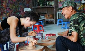 Khách Tây đánh vật với bàn xoay khi nặn gốm ở Bát Tràng
