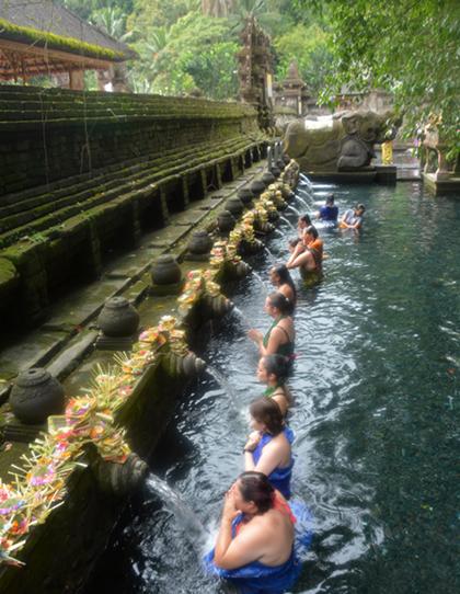 Dòng khách di chuyển lần lượt qua 12 vòi nước và lặp lại nghi thức.