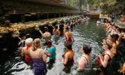 Ngôi đền khách xếp hàng để tắm nước thánh ở Bali