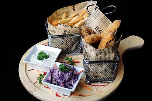 Các món ăn được chuẩn bị bởi đội ngũ đầu bếp chuyên nghiệp của khách sạn.