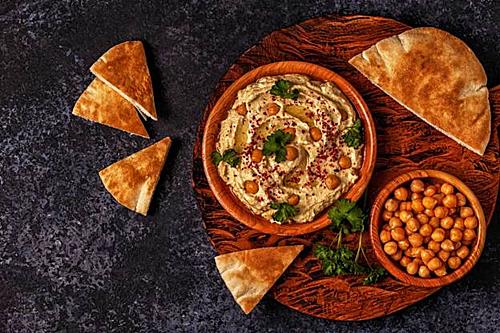 Tháng Ramadan là khoảng thời gian những người theo đạo Hồi trên toàn thế giới thực hiện nghi thức nhịn ăn từ lúc bình minh cho đến hoàng hôn để tôn vinh tháng mà Bộ Kinh Quran được tiết lộ cho nhà tiên tri Mohammed.