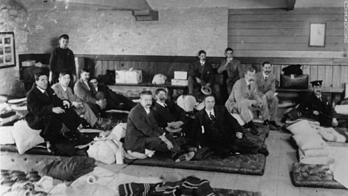 Những nạn nhân sống sót sau thảm họa Titanic tập trung tại bến tàuMillbay ở Plymouth (Anh) vào 1/5/1912. Ảnh: Hulton Archive.