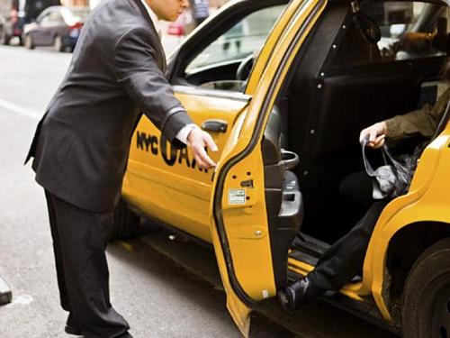 Với taxi, bạn nên tip từ 10% đến 20% số tiền trên hóa đơn khi du lịch Mỹ. Ảnh: News.