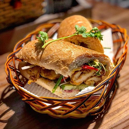 My Banh Mi Nhà hàng nhỏ này nằm trên đường Nguyễn Du (Quận 1),đối diện Nhà thờ Đức Bà. Menu phong phú từ bánh mì chay nhân đậu phụ cho tới bánh mì cá nướng, gà nướng sả... Thực khách có thể nếm thử trước khi lựa chọn. Giá từ 80.000 một ổ. Ngoài bánh mì, nhà hàng còn có nhiều món ăn Việt Nam được lòng thực khách quốc tế như bò kho, bánh canh, bún thịt nướng... Ảnh: @missypinkaholic/Instagram.