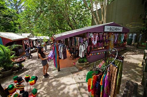 Du khách có thể mua sắm đồ lưu niệm tại làng thổ cẩm Kuranda.Ảnh: Cairnscolonialclub.
