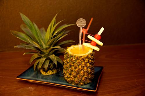 Thực đơn gồm các loại cocktail, mocktail, bánh ngọt, món ăn có thành phần làm từ quả dứa được phục vụ suốt cả tuần.