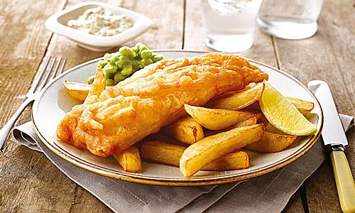 Fish & Chips được bán tại Yorkshire County Fish Shop. Với sự kết hợp hoàn hảo giữa cá và khoai tây chiên. Fish & Chips mang đến cảm giác mới lạ. Độ nhẹ giòn của lớp khoai tây bên ngoài hòa cùng phần thịt cá mềm, ẩm bên trong đã tạo nên sự hấp dẫn riêng của món ăn này. Ảnh: Crisp n Dry.